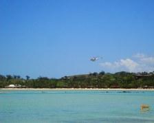 Un Elicottero vola davanti a Musket Cove Resort visto da Plantation Island Resort
