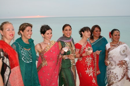 Capodanno 2009, ragazze in abiti indiani al Bollywood Party su Lomani Island Resort