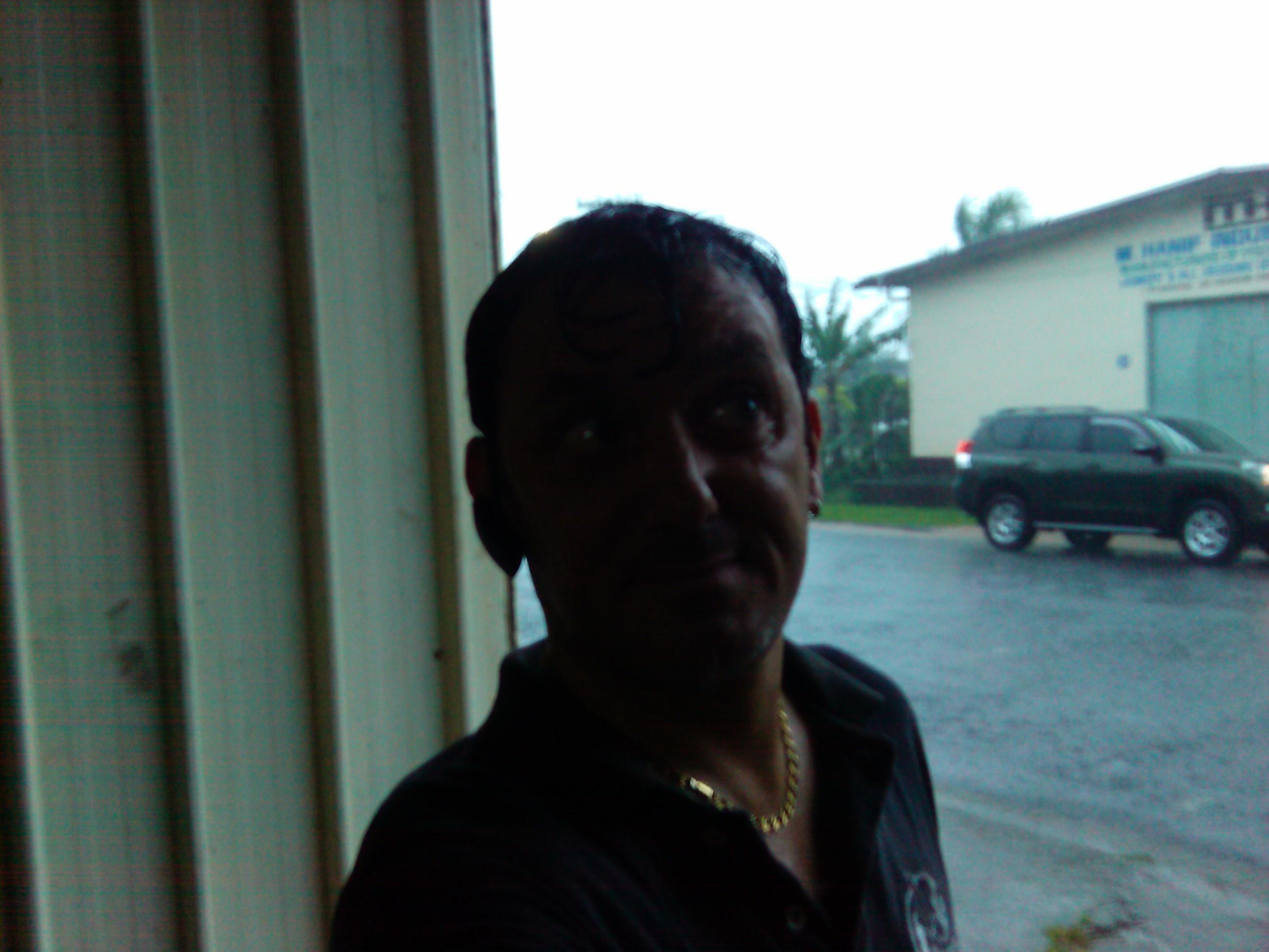 Ivan al riparo dalla pioggia a Wayavi, Lautoka - 30 Marzo 2012