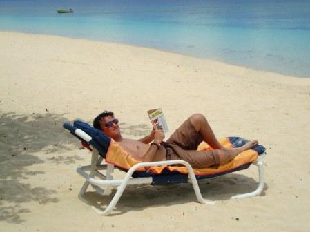 Ivan legge un Tex Willer senza protezione solare a Navini Island