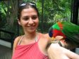 Anna con pappagalo rosso