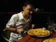 Ivan si prepara a mangiare la pizza all' Outrigger Hotel