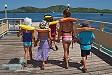 BVambini sul molo di Plantation Island Resort si preparano al banana ride