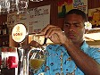 Il barman del Plantation Island Resort spilla una vonu Beer