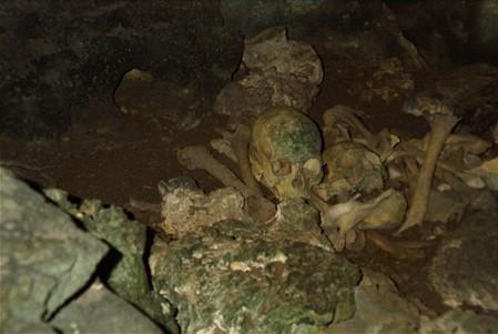 Resti umani in una caverna delle Lau
